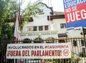 Estudiantes protestaron en sede de la UDI y exigieron la renuncia de involucrados en Caso Penta