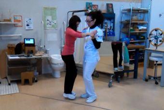 Estudiante de Terapia Ocupacional enseña a bailar bachata a paciente que no puede caminar