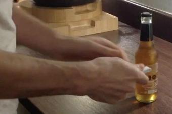 Este video de cómo abrir una cerveza con una hoja de papel la rompe en Internet