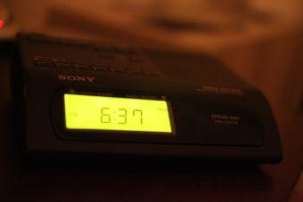 ¿Por qué me despierto justo antes de que suene el despertador?