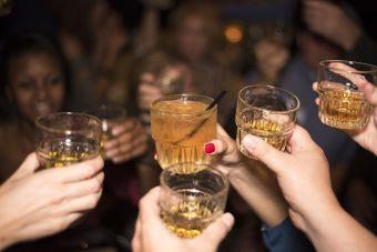 Esta es la razón científica de por qué no puedes tomar solo un trago