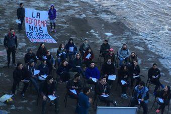 Estudiantes simularon sala de clases en el río Mapocho a modo de protesta