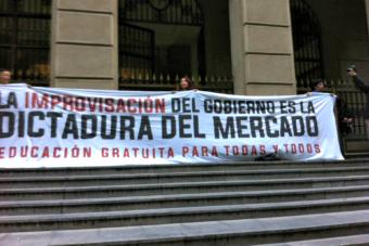 Estudiantes se encadenaron a dependecias del Ministerio de Hacienda