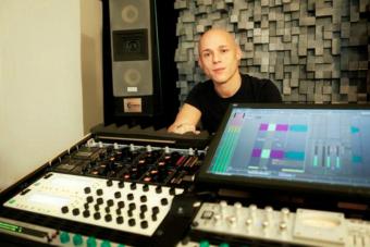 Este tipo creó un sistema que permite poner la música a todo chancho y sin que tus vecinos lo noten