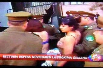 Estudiantes protestaron en ropa interior frente a la Moneda contra la U. Arcis