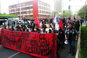 Estudiantes y funcionarios de la U. Arcis marcharon exigiendo una solución a la crisis que los afecta