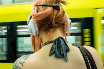 Proyecto de Ley propone sancionar a peatones con audífonos