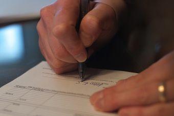 ¿Firmar un pagaré en blanco para ser contratado? Ojo con esta práctica