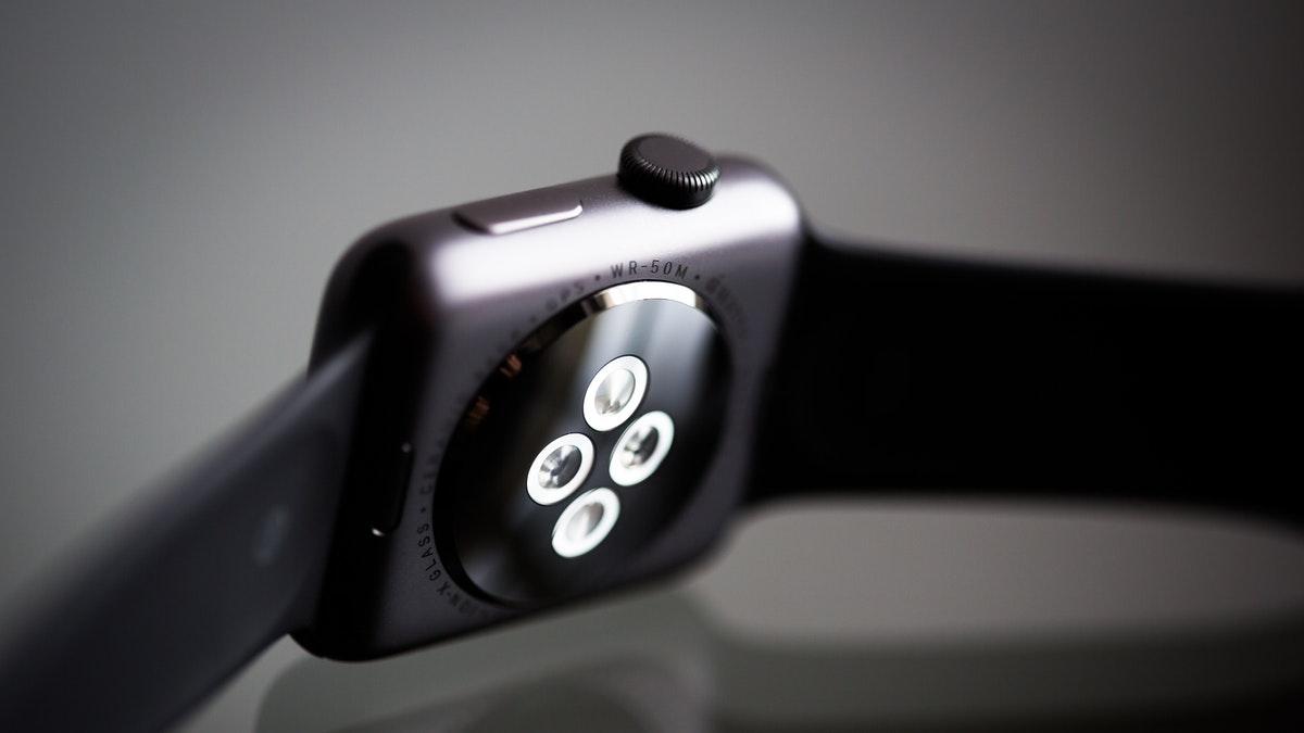 Foto de un reloj inteligente por su parte de carga
