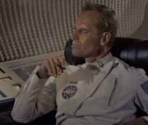 El astronauta Taylor del planeta de los simios, fumando en la nave espacial tan tranquilamente