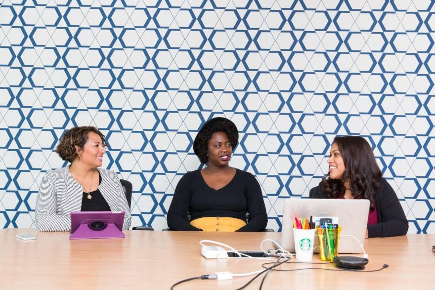 Mulheres desenvolvedoras conversando