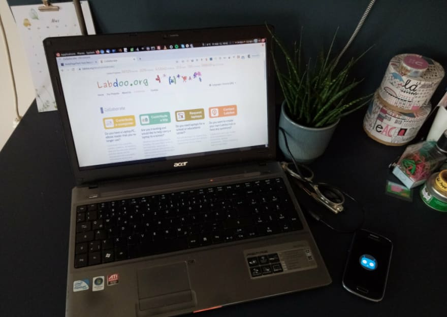 Acer laptop with Linux screen and an old Samsung phone with Cyanogen boot animation