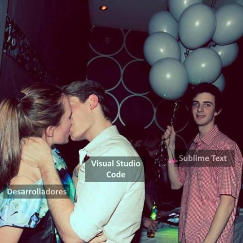 Imagen que muestra una pareja enamorada abrazándose en una fiesta, él VSCode y ella representando a los desarrolladores, y un chico con globos y cara de desencanto que es Sublime Text