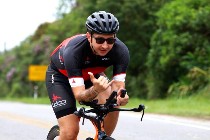 Thiago Avelino pedalando na estrada caminho do mar - estrada velha de santos