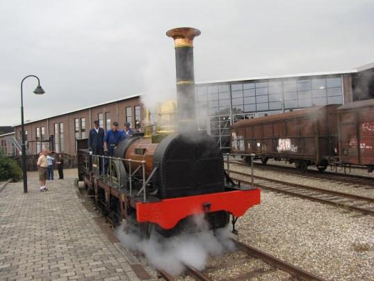 Replica van eerste trein in Nederland voor groot onderhoud naar Hoorn. Foto: Het Spoorwegmuseum