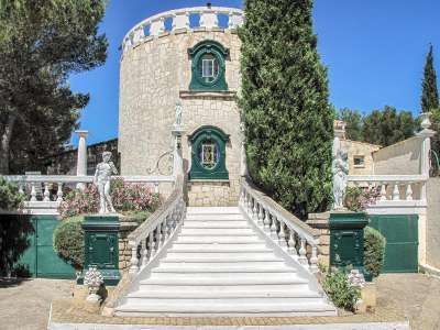 Image 1   7 bedroom villa for sale with 2,000m2 of land, Beaucaire, Gard , Provence 218009