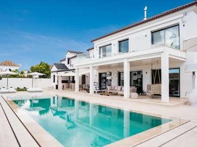 Image 1   5 bedroom villa for sale with 1,163m2 of land, Puerto Banus, Malaga Costa del Sol, Andalucia 220256
