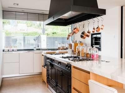 Image 3   5 bedroom villa for sale with 1,163m2 of land, Puerto Banus, Malaga Costa del Sol, Andalucia 220256