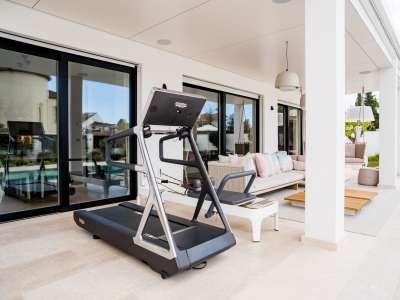 Image 30   5 bedroom villa for sale with 1,163m2 of land, Puerto Banus, Malaga Costa del Sol, Andalucia 220256