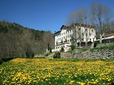 Former hotel and restaurant for sale in need of restoration in the Spanish Pyrenees with valuable thermal waters