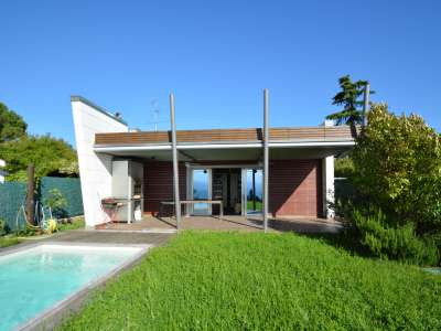 Pretty Waterfront Villa for Sale in Lasize - Pacengo, Lake Garda with Pool