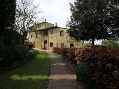 Large Farmhouse for Sale comprising 10 Apartments in Colle di Val d'Elsa