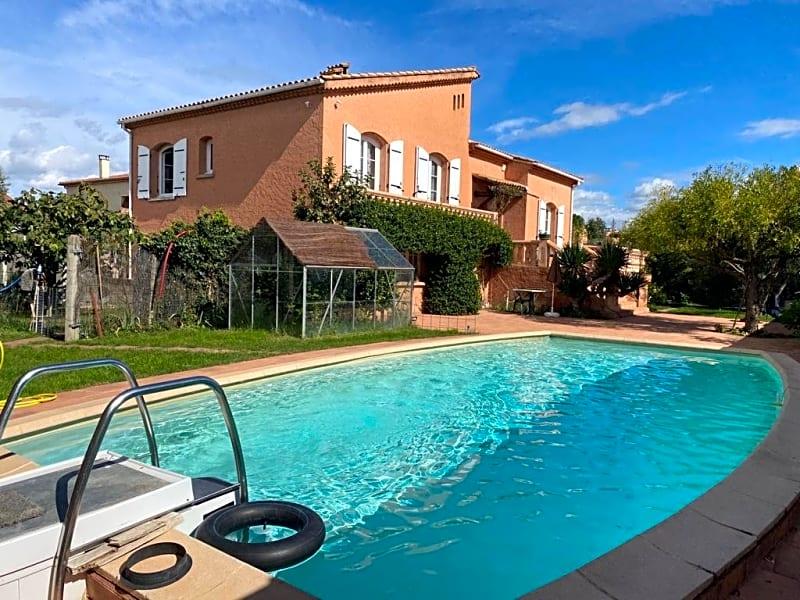 Lapalud, maison de 156m2 comprenant une maison, un T2 et un studio loués sur 1162m2 de terrain avec piscine