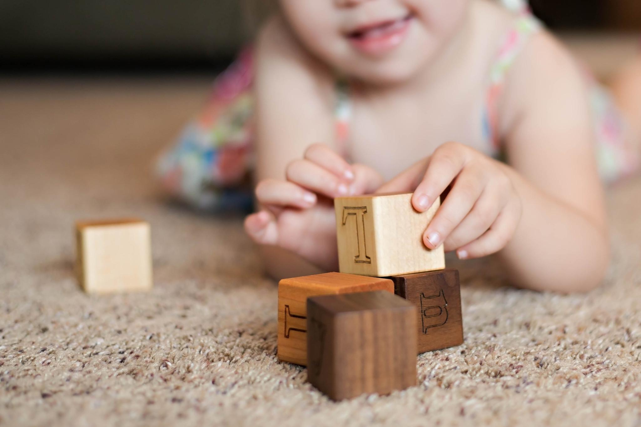 BL000-alphabet-wooden-blocks-handmade-natural-smiling-tree-toys-04_5c9864d3-013f-44c4-a340-c50802d5b8d8