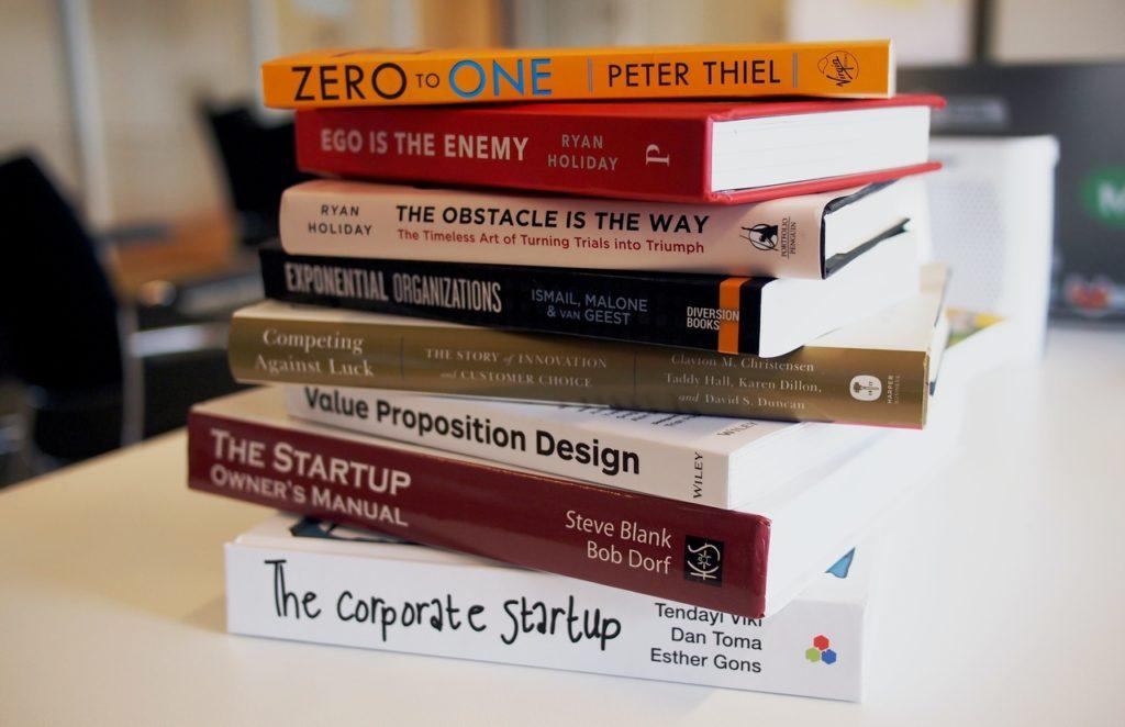 pilha de livros em uma mesa ilustrando design de capa de livro