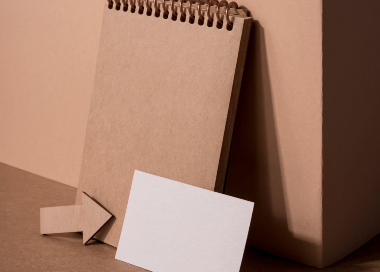 O papel reciclado tem um tom mais escuro, é mais consistente, e com uma textura um pouco mais rústica.