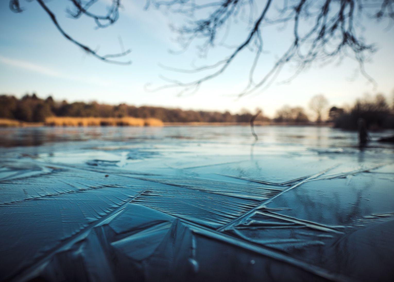 plongée dans lac gelée laponie