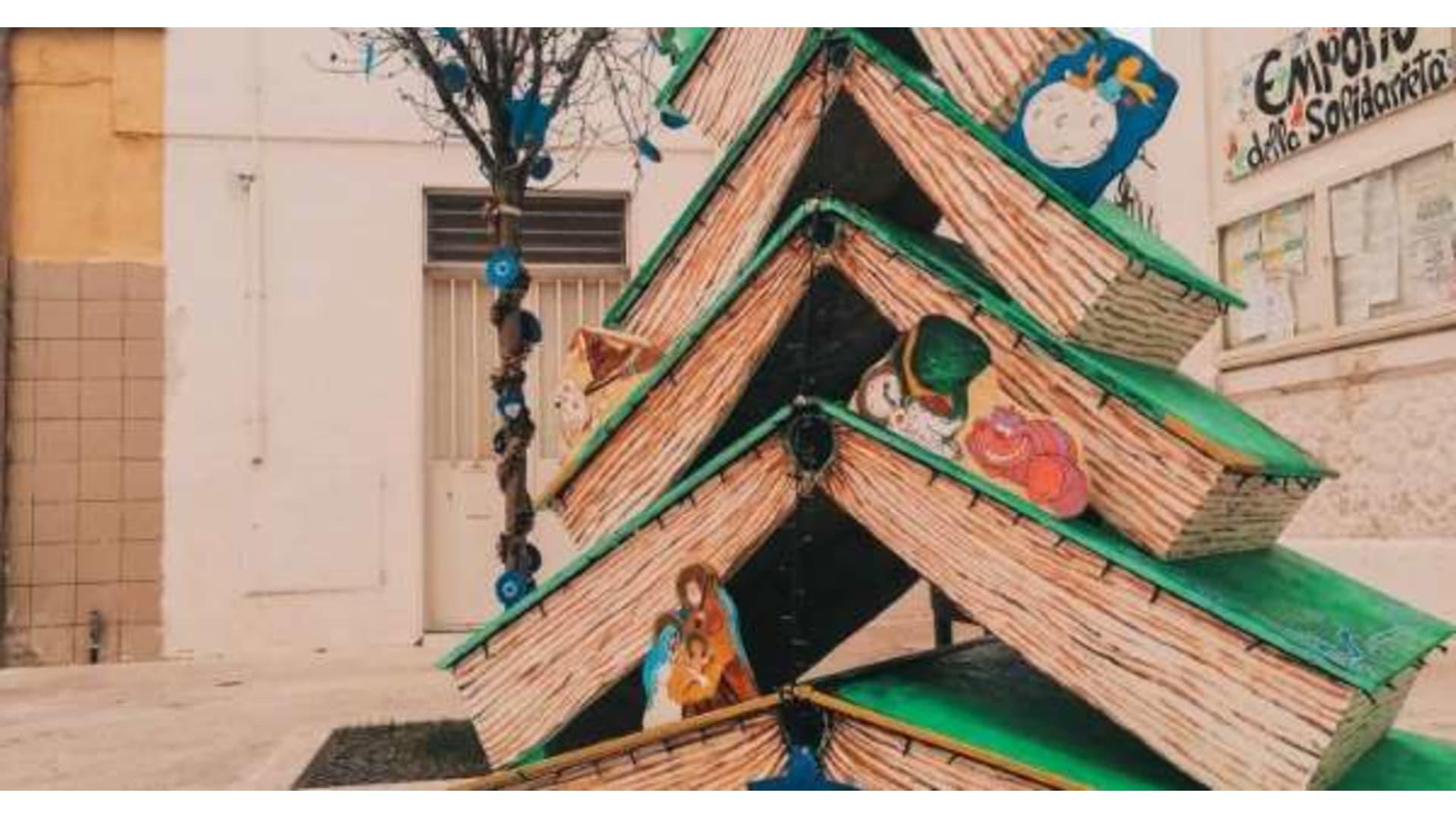 Bari, l'albero di Natale è fatto di libri per ragazzi