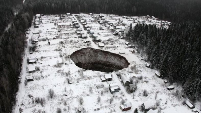 Первые фотографии провала грунта около Соликамска.