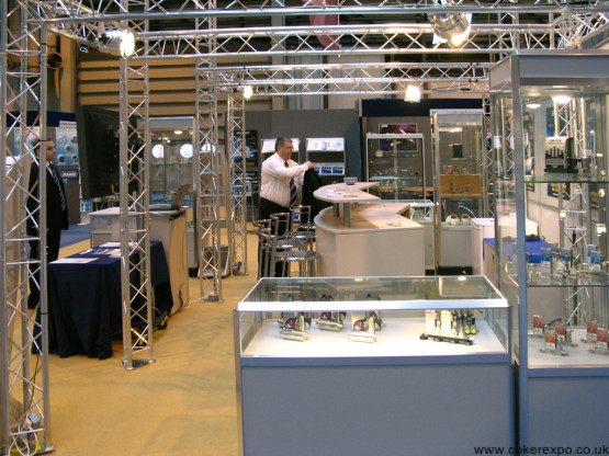 Trio custom exhibition gantry