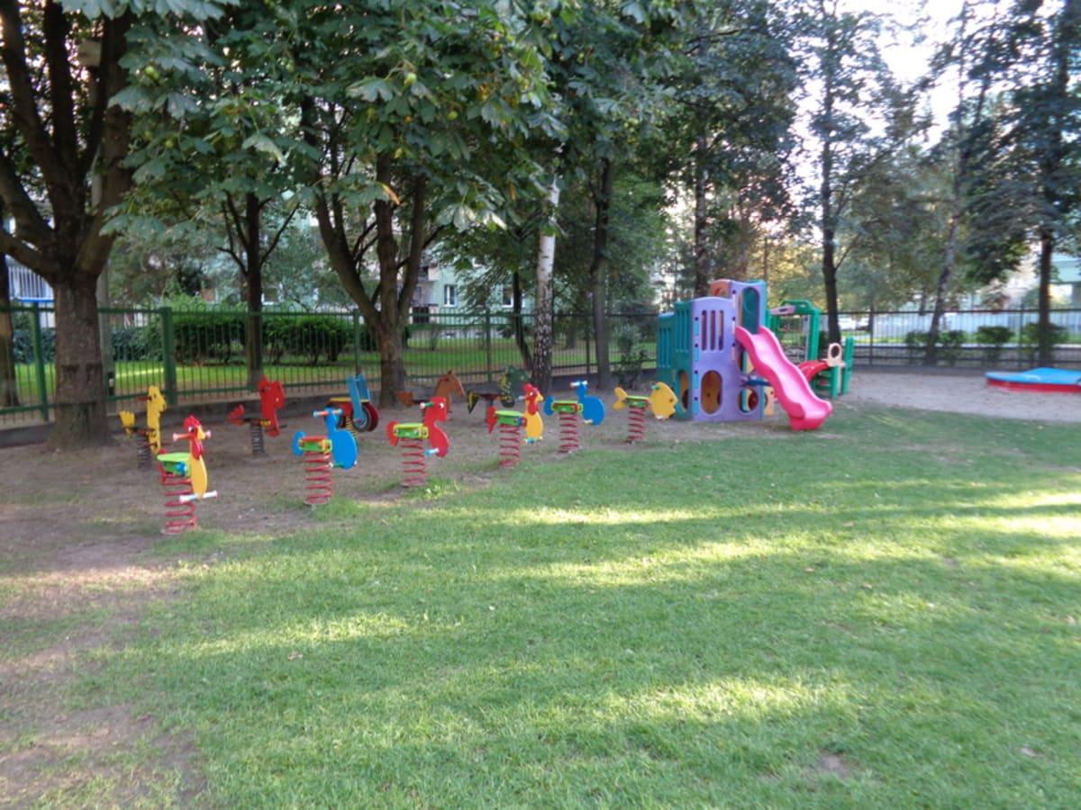 Miniaturka zdjęcia obrazującego osoby podczas wydarzenia pt.Plac zabaw w przedszkolu