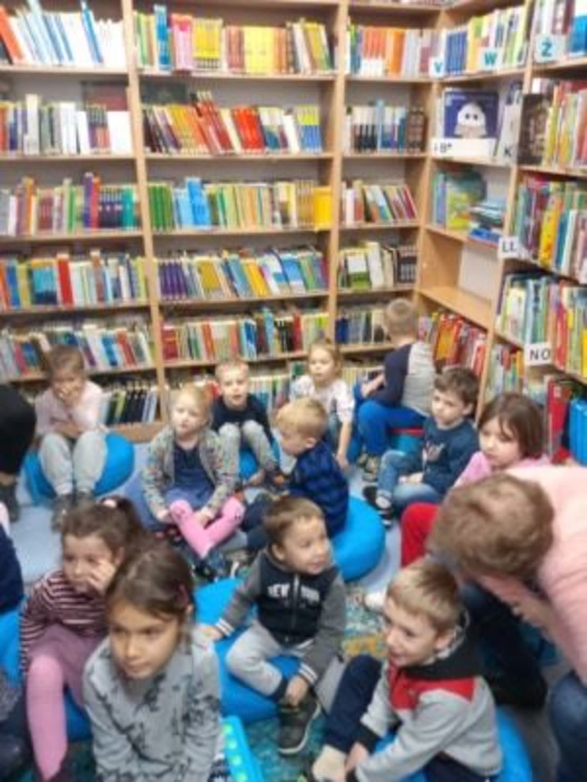 Osoby podczas wydarzenia pt.Lekcja biblioteczna - Smerfy i Misie