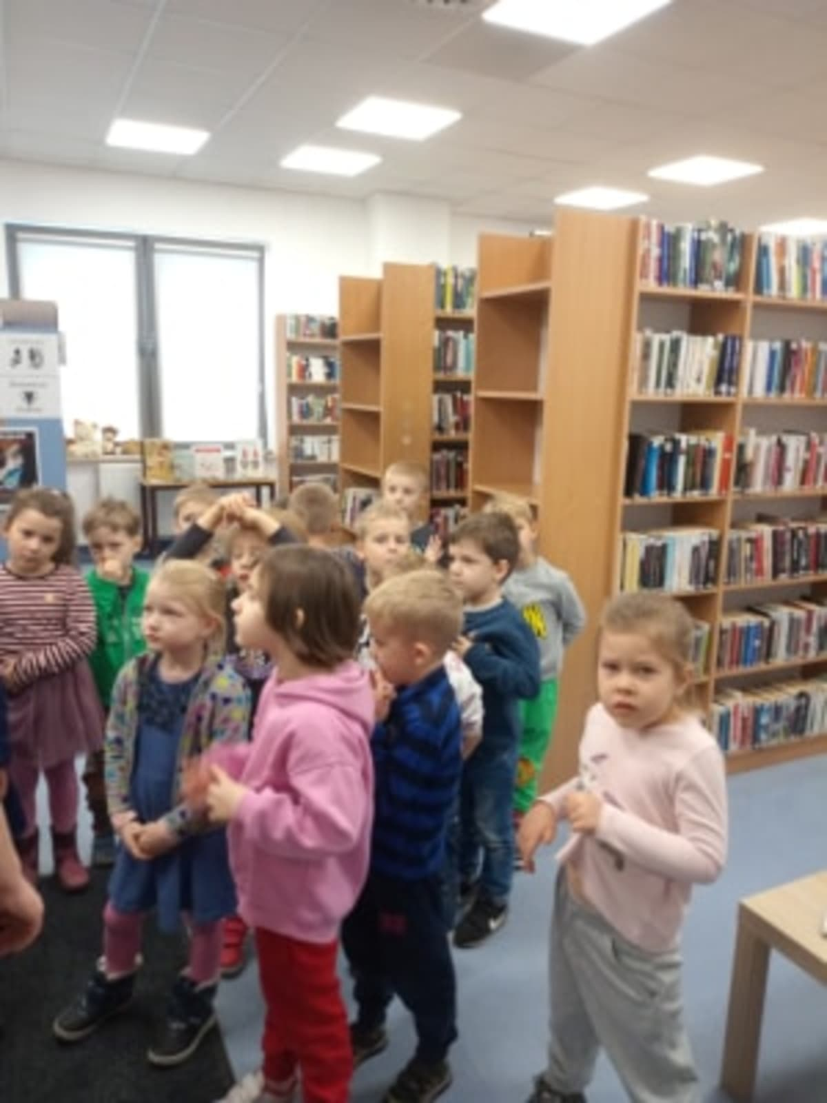 Miniaturka zdjęcia obrazującego osoby podczas wydarzenia pt.Lekcja biblioteczna - Smerfy i Misie