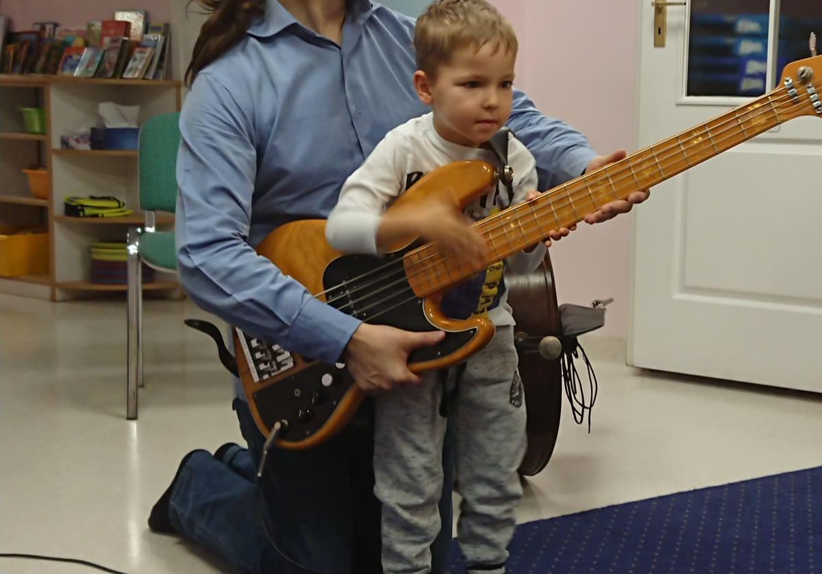 Miniaturka zdjęcia obrazującego osoby podczas wydarzenia pt.zajęcia muzyczne - kontrabas
