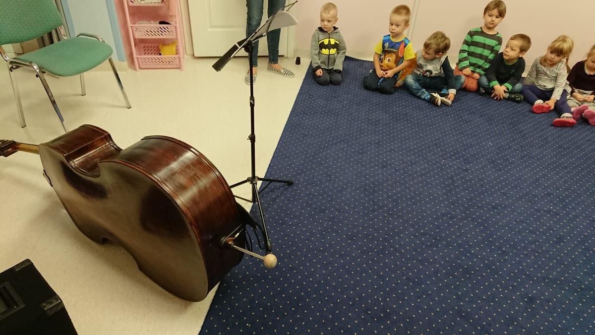 Osoby podczas wydarzenia pt.zajęcia muzyczne - kontrabas
