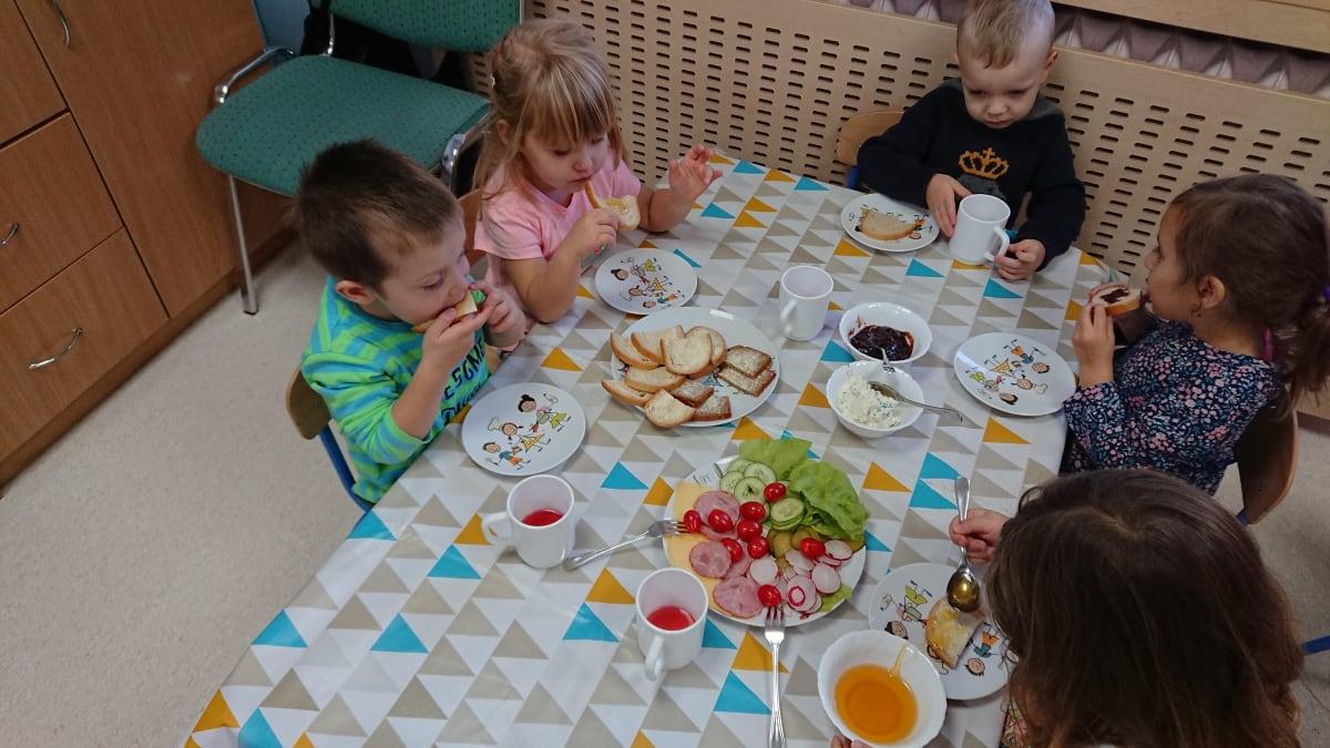 Osoby podczas wydarzenia pt.Szwedzki stół - Smerfy
