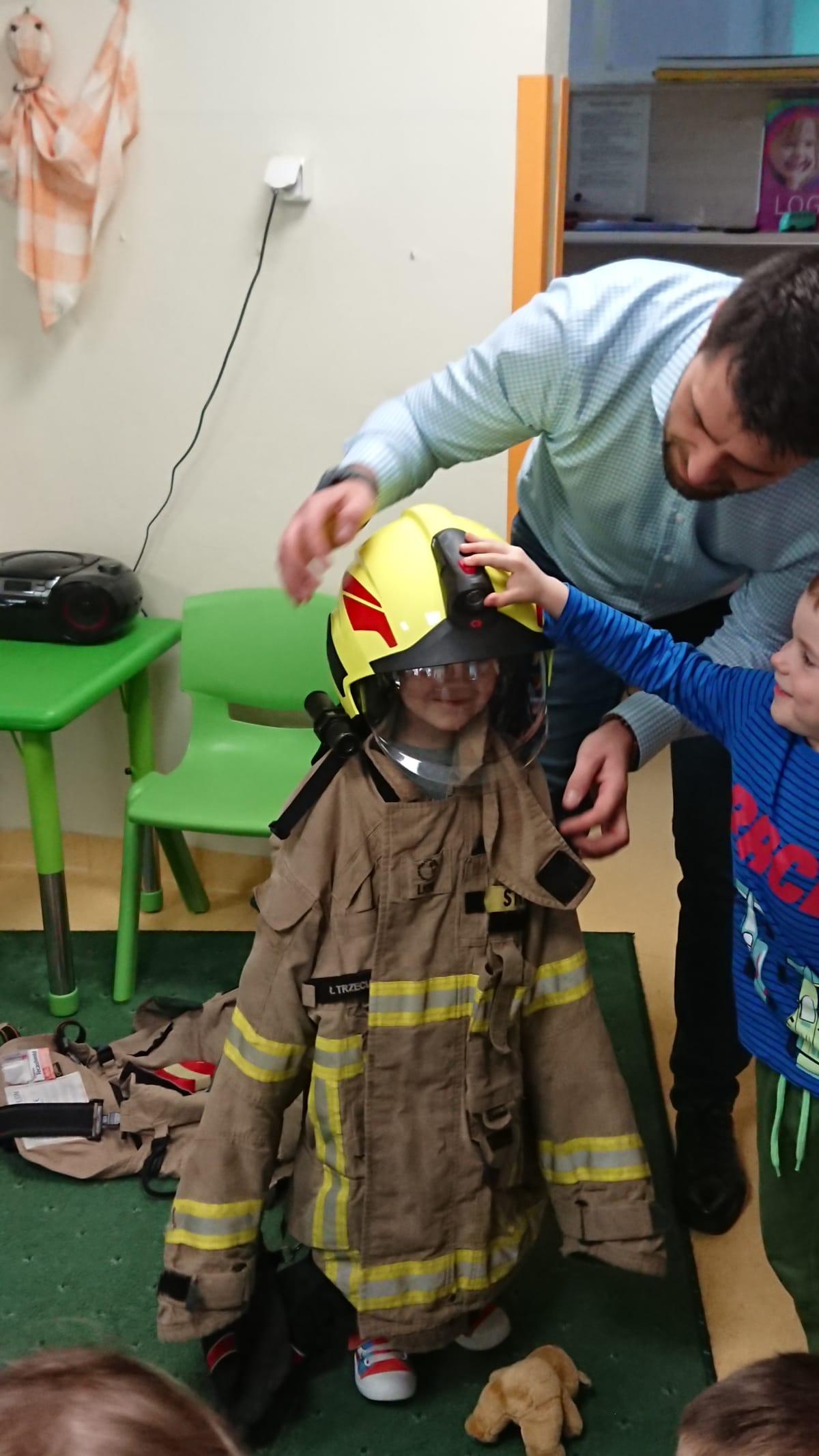 Miniaturka zdjęcia obrazującego osoby podczas wydarzenia pt.Wizyta strażaków