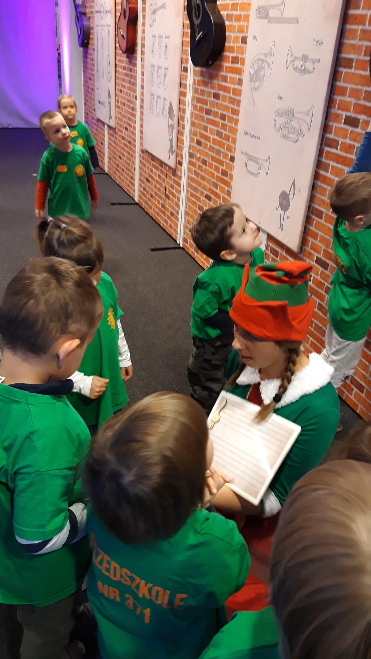 Osoby podczas wydarzenia pt.Fabryka Elfów - Misie