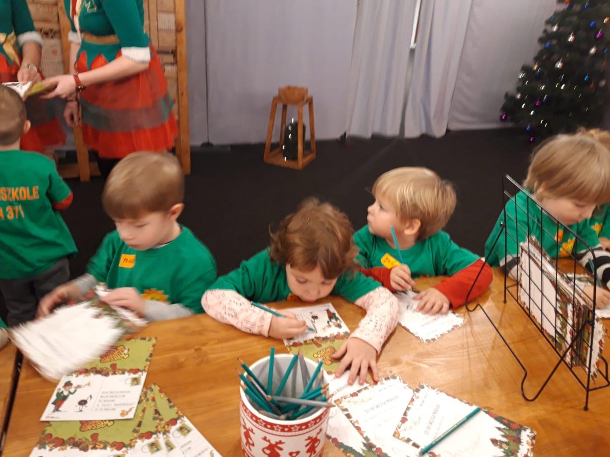 Miniaturka zdjęcia obrazującego osoby podczas wydarzenia pt.Fabryka Elfów - Misie