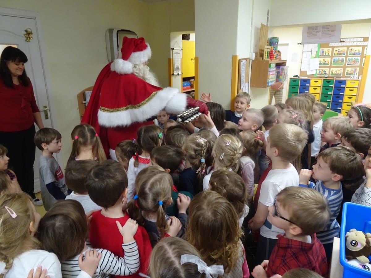 Miniaturka zdjęcia obrazującego osoby podczas wydarzenia pt.Wizyta Świętego Mikołaja
