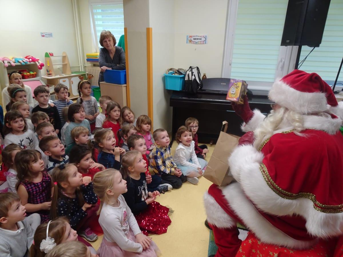 Osoby podczas wydarzenia pt.Wizyta Świętego Mikołaja