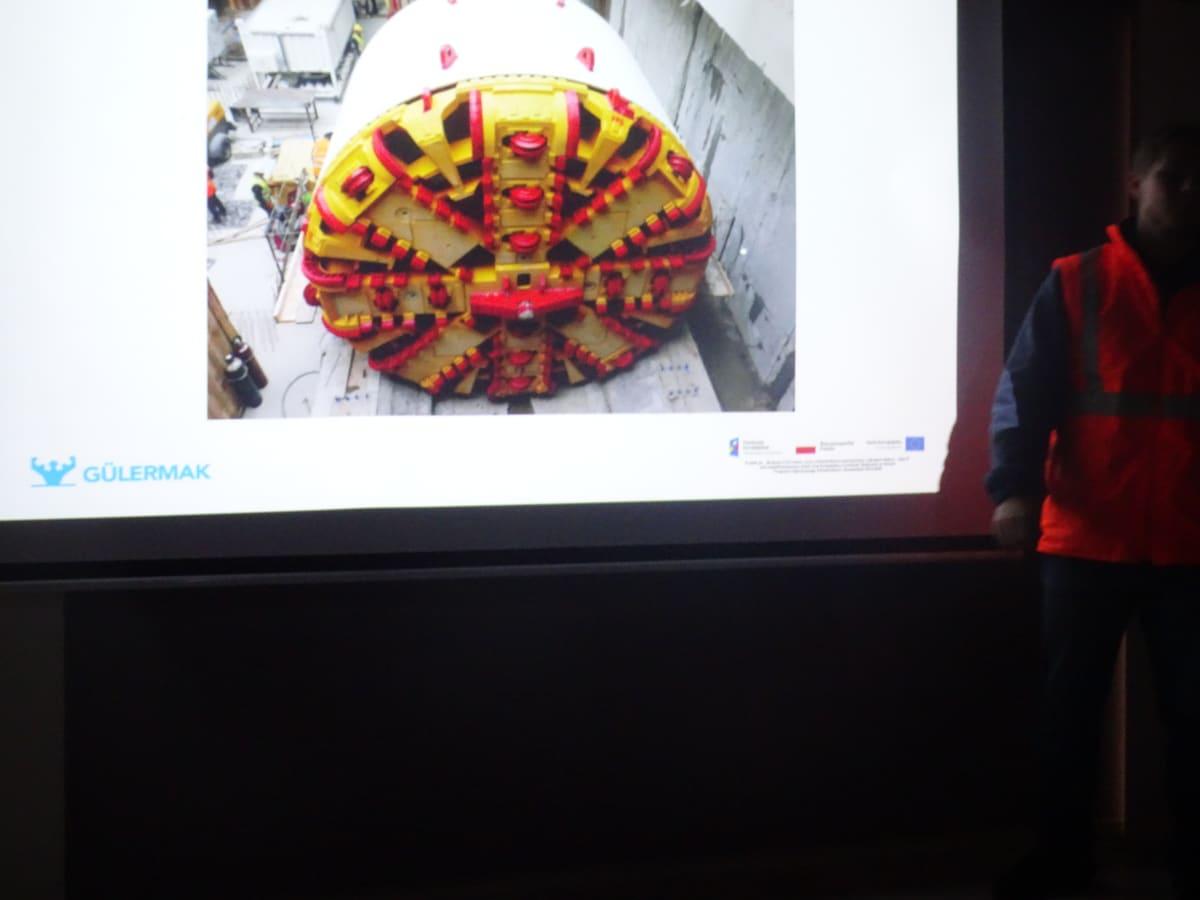 """Miniaturka zdjęcia obrazującego osoby podczas wydarzenia pt.Warsztaty dla dzieci """"Budowa II linii metra"""""""