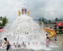Nampan tumpah di Taman Air Sabda Alam Garut
