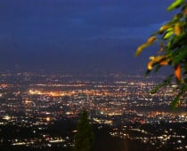 Pemandangan Bandung di malam hari dari Caringin Tilu