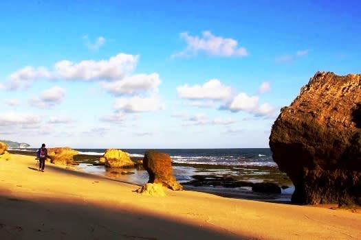 pantai-babakan-didominasi-oleh-batu-karang