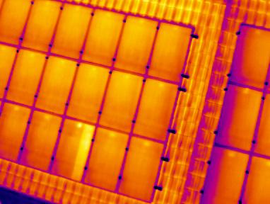 Термограмма работающей солнечной батареи на крыше